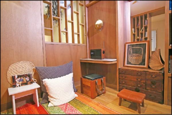 復古式收音機、矮桌、矮凳等裝飾,重新復刻了老時光的記憶。(記者潘自強/攝影)