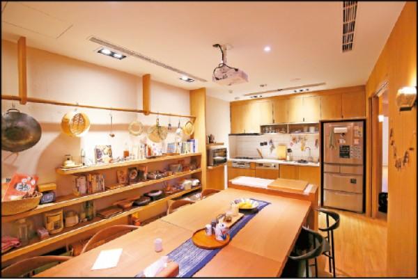 3樓的公共廚房以長桌架起了來自不同地方旅客間的連結,也是主人家不定期舉辦節氣食旅活動的場所。(記者潘自強/攝影)