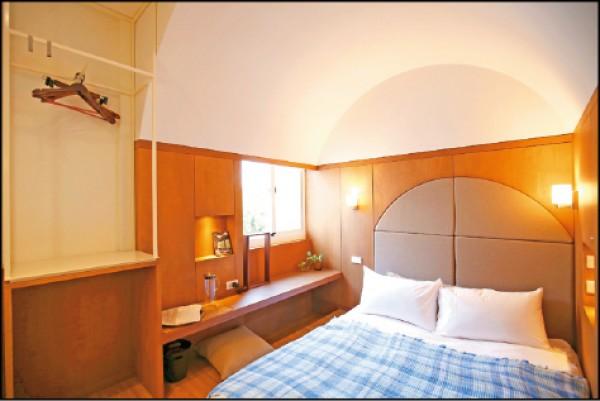 天橋下/週日~四2,340元,週五、六2,790元。圓拱的天花板下設置了雙人床及窗台矮桌,房內有獨立衛浴。(記者潘自強/攝影)