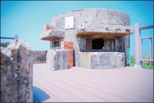 廢棄碉堡搭上木梯改造成觀景平台,讓遊客遠眺遼闊美景。(記者李惠洲/攝影)