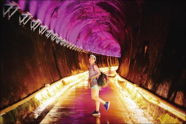 原本黑漆漆的廢棄隧道,在經過清潔整理與燈光的照映下,予人神秘驚嘆的美感!(記者李惠洲/攝影)