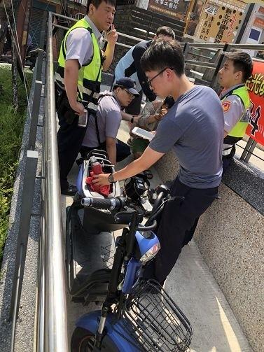 警方當場逮捕阮男。(記者余衡翻攝)