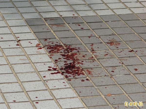 南市南區大林新城社區開住戶大會,竟發生兇殺喋血案,地面血跡斑斑。(記者王俊忠攝)