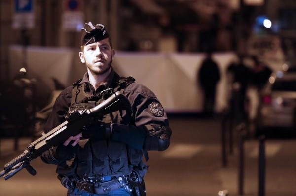 兇嫌在砍傷路人後,揚言要殺了警察。圖為法國警方。(歐新社)