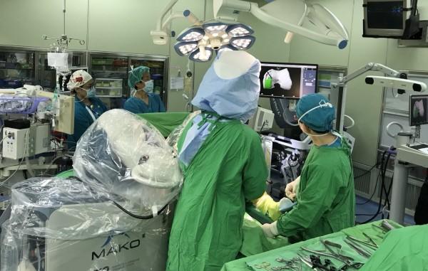 採用MAKOplasty機器人手臂手術,可使用電腦斷層影像直接建構出手術部位的3D立體圖像。(童綜合醫院提供)