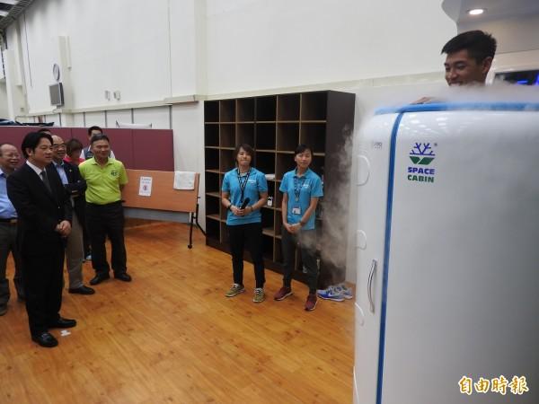 賴清德參觀國訓中心防護室的超低溫冷凍艙,安排一名男選手實地進艙示範。(記者方志賢攝)