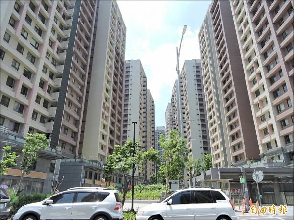 浮洲合宜住宅共有四四六戶出租單元,但出租率僅約五成,即日起開放第二波招租。 (記者賴筱桐攝)