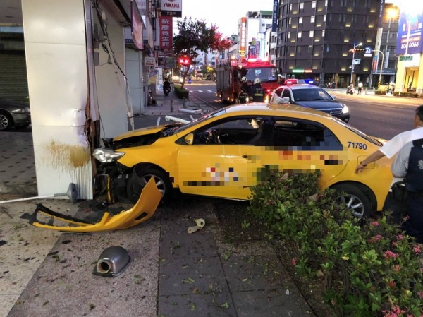 「台灣之星」高雄中華分店柱子今晨遭小黃衝撞,小黃司機陳男說「是為了閃避行人才撞上」,經酒測酒測值為0。(記者黃良傑翻攝)