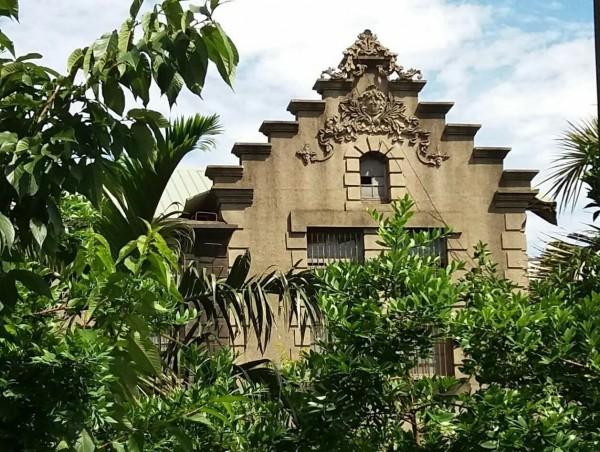 陳愷悌古厝原為兩層樓的巴洛克式建築,外觀古樸美觀,頂端階梯式的建築更是全台少見。(董米亞提供)