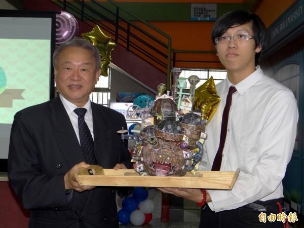 翁宇謙(右)送校長龔瑞璋(左)DIY紙模型。(記者洪臣宏攝)