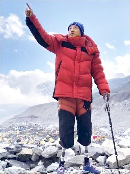 中國「無腿勇士」夏伯渝十四日登上聖母峰。(取自網路)