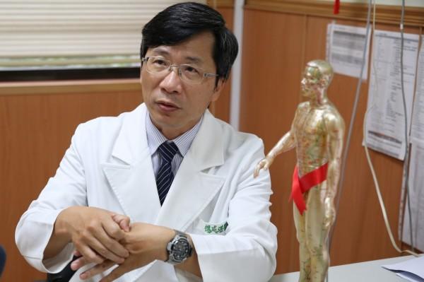 花蓮慈濟醫院中醫部楊成湛醫師示範穴位按摩提升免疫力。(花蓮慈濟醫院提供)