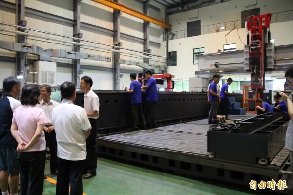 今天的成果發表上,亞崴機電安排學生的師長們進廠,參觀學生們在資深師傅帶領下,參與生產公司今年為中國汽車製造商比亞迪量身打造、8月即將要發表的新車車模的龍門動柱型加工中心機工作實況。(記者黃美珠攝)