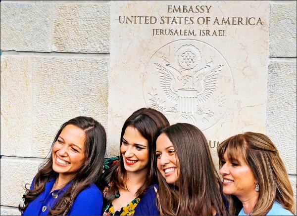 以色列民眾十四日在耶路撒冷的美國大使館前開心合照。(法新社)