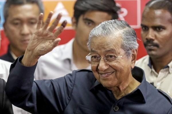 上週贏得馬來西亞大選的新任總理馬哈地(Mahathir Mohamad),今天(16日)立刻兌現他的競選承諾,宣布自6月1日起取消6%的消費稅。(美聯社)