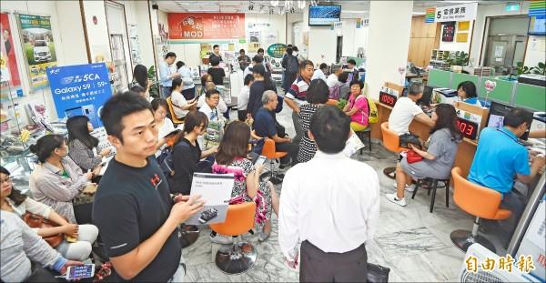 中華電信7天內約144萬用戶移動到499方案,圖為活動最後一天門市湧入的申辦人潮。(資料照,記者方賓照攝)