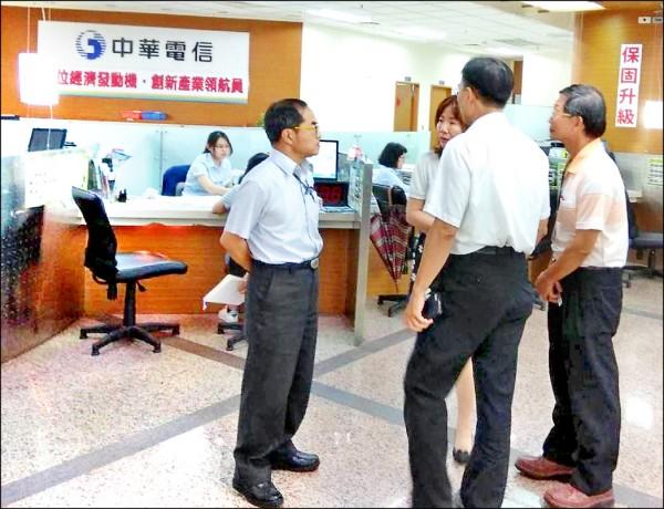 中華電信499之亂,高市勞工局針對旗下28家直營服務中心勞檢,竟然僅4家守法,24家違規共罰100萬。(記者黃良傑翻攝)