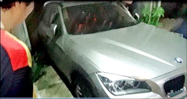 張男靠典當財物度日,他不願賣BMW X1名車之因,是開出門時「有面子」。(記者張瑞楨翻攝)