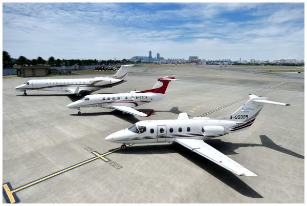 飛特立航空旗下有3架醫療專機在台灣註冊,由左至由為Legacy 600, Phenom 300及Hawker 400XP。(飛特立提供)