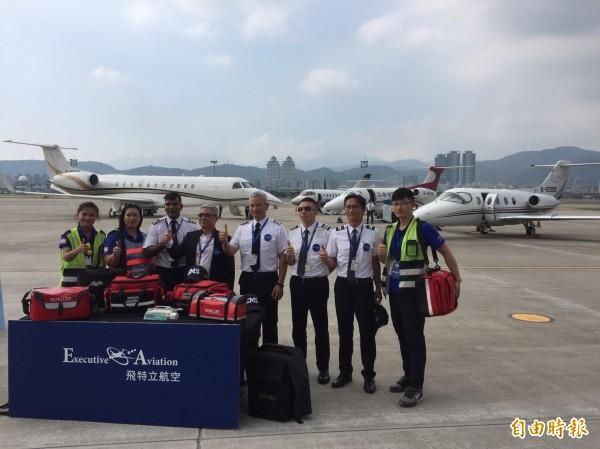 飛特立預計最快6月投入金門離島醫療後送,未來將執行任務的醫療專機Phenom 300機型今天首度亮相。(記者陳宜加攝)