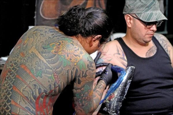瑞典一名媽媽3年前請刺青師將她一雙兒女的名字刺在手臂上,沒想到刺青師將名字拼錯了,查過資料後認為去除刺青又貴又痛,索性將錯就錯把兒子名字改了,此為示意圖。(歐新社檔案照)