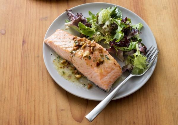 美國心臟學會在《循環》醫學期刊的最新研究指出,每週食用2次非油炸鮭魚、沙丁魚或鯖魚等油性魚類,就能避免動脈阻塞,降低罹患心臟病、中風的機率。(美聯社)