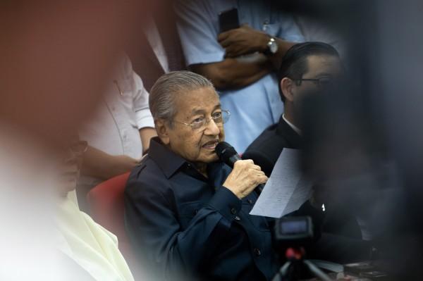 高齡92歲的馬來西亞總理馬哈地(圖),是全球最老的國家領導人,他的妻子透露丈夫最近睡眠不足,甚至一天睡不到2小時。(彭博)