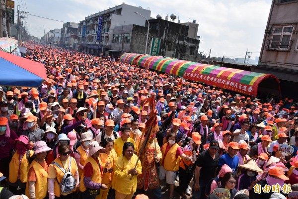 白沙屯媽祖抵達北港,超過10萬名香燈腳隨行,現場萬頭鑽動。(記者黃淑莉攝)