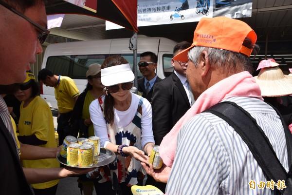 藝人陳美鳳到北港,分送補給營養飲給白沙屯香燈腳。(記者黃淑莉攝)