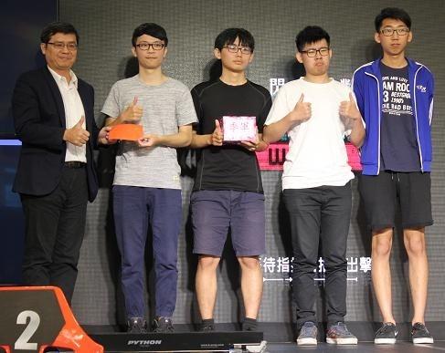 高雄市經發局副局長高鎮遠(左一)頒獎給獲獎團隊。(經發局提供)