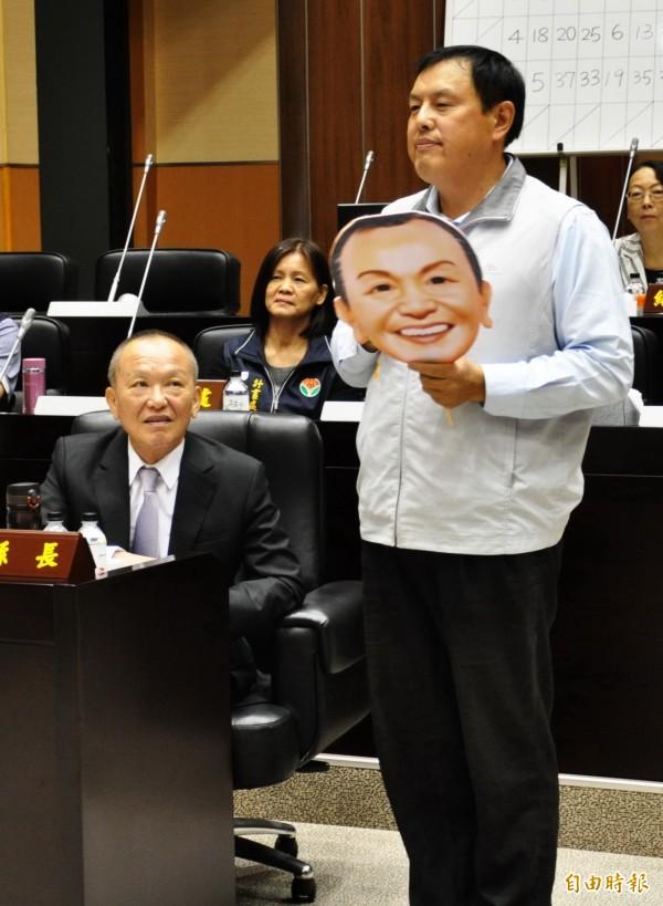 苗栗縣議員禹耀東(右)今天上午完成退出國民黨程序,將以無黨籍身分,角逐下屆苗栗市長。圖為禹耀東之前在議會質詢情形。(資料照,記者彭健禮攝)