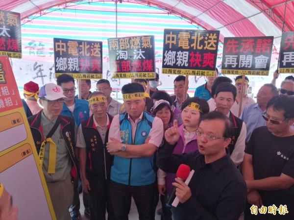 台電副總陳建益向民眾表示燃氣可減少污染,眾人則要求允諾5部燃煤機組同步退場。(記者蘇金鳳攝)