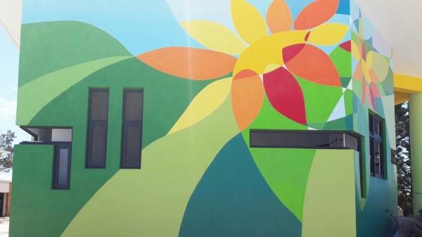 中山國小外牆彩繪,增添青春活力特色。(澎湖縣政府提供)
