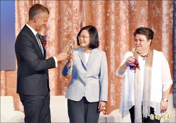 蔡英文總統(中)昨出席歐洲商會晚宴發表演講,並與歐洲商會理事長何可申(左)、歐洲經貿辦事處處長馬澤璉(右)舉杯致意。(記者廖振輝攝)