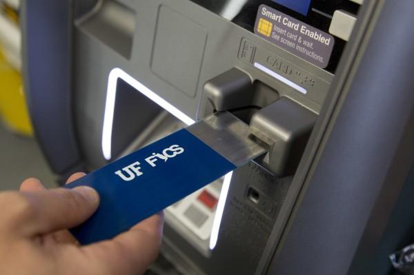 犯罪者在提款機上安裝額外的讀卡機,便可盜取信用卡訊息。為防止此犯罪,美國佛羅里達大學研發團隊發明一款檢測裝置,可以辨別出額外的讀卡機。(美聯社)