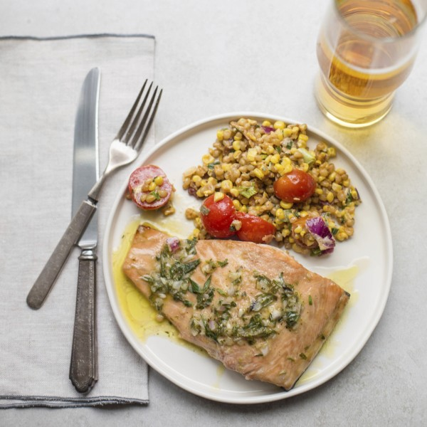 鹿特丹伊拉斯姆斯大學最新研究指出,大量食用蔬菜、魚類、水果可避免大腦萎縮,保持人們的敏銳程度。(美聯社)