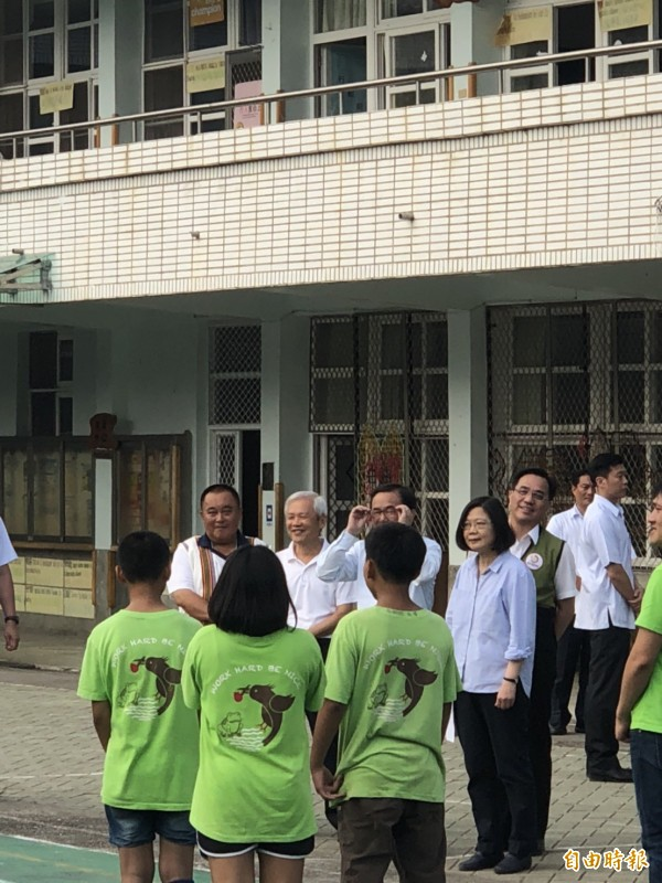 總統蔡英文(右)從在野到執政已3度訪問台東桃源國小,關心原住民及偏鄉教育,結束後受訪談台北市長選舉。(記者蘇永耀攝)