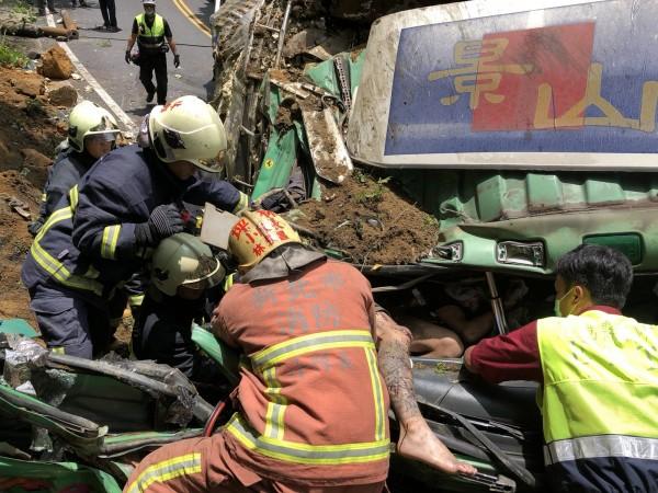 大貨車於北宜公路55.7K處自撞山壁,副駕駛座乘客卡在車內。(記者陳薏云翻攝)