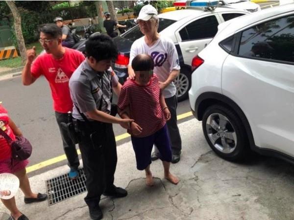 警方向姜太公參拜後,順利查出迷失婦身分,送她回家。(記者王宣晴翻攝)