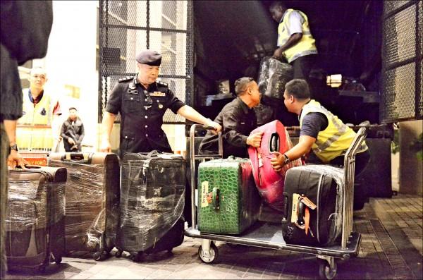 馬來西亞警方十八日將查扣自前總理納吉布的豪華公寓、裝有大量精品、珠寶與外幣現鈔的行李箱運走。據信這些包括價值不菲的粉鑽鉑金包在內的財物,與納吉布涉及的一馬發展公司貪腐案有關。(美聯社)