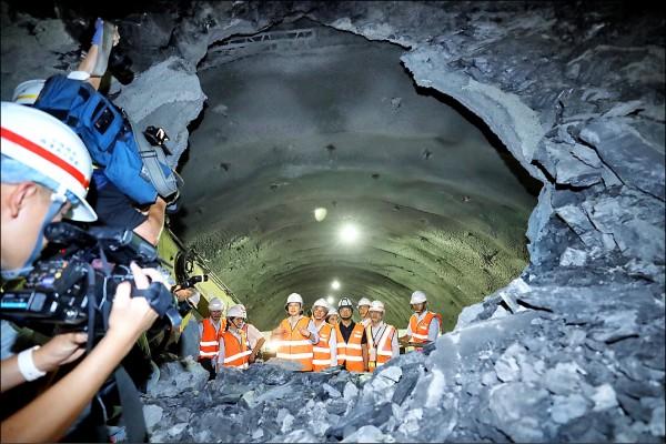蔡英文總統(前右5)昨日出席台9線南迴公路草埔隧道貫通典禮。(中央社)