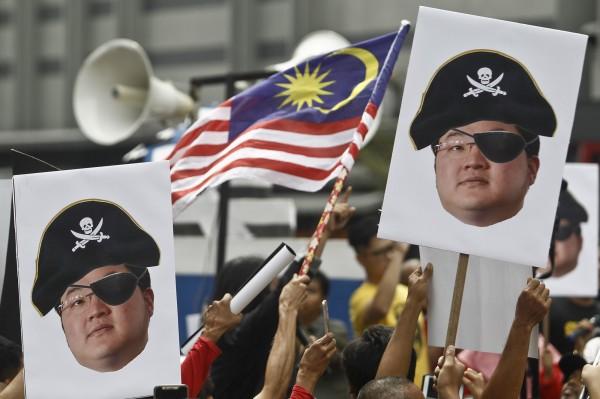 隨著馬來西亞大選變天,前總理納吉涉嫌挪用主權基金「一馬發展公司」(1MDB)的洗錢案,目前正受當局調查,有有消息稱,洗錢案的關鍵人物可能藏匿在台灣。(美聯社)