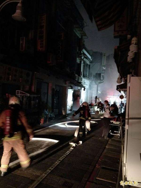 士林夜市今晚傳出火警,台電配合消防工作進行停電,近千戶受到影響。(記者陳恩惠攝)