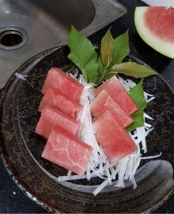 一位網友貼出激似黑鮪魚的西瓜切片。(圖擷自爆廢公社)