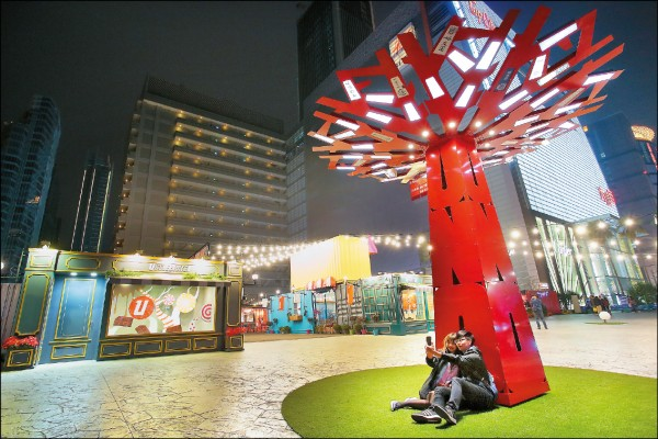 UNO市集從入口處的主題樹開始,布置了一連串的裝置藝術,讓人逛市集有「藝」思。(記者李惠洲/攝影)