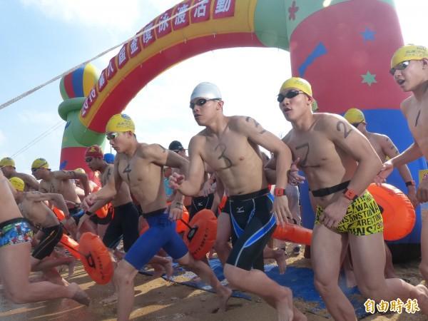 金門、廈門海域泳渡今年恢復辦理,兩岸「泳士」將再一較泳技。(資料照片 記者吳正庭攝)