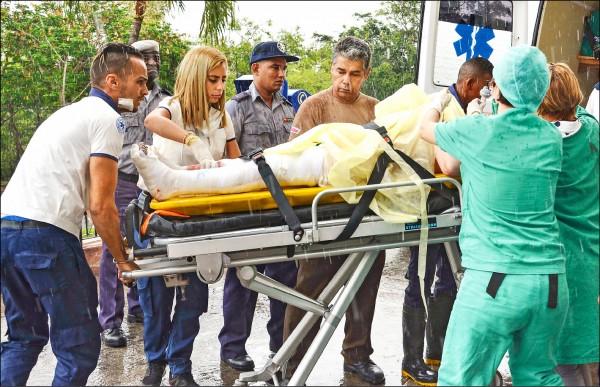 古巴航空一架國內線客機十八日從首都哈瓦那機場起飛後不久墜毀,機上一一○人僅三人生還。圖為一名獲救者事發後被送抵醫院。(美聯社)