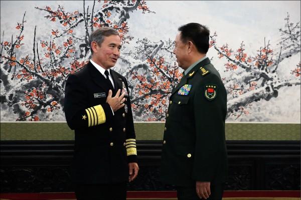 美國總統川普正式提名美軍太平洋司令部司令哈里斯上將出任駐南韓大使。圖為2015年11月哈里斯上將訪問中國,會晤解放軍將領。(美聯社檔案照)
