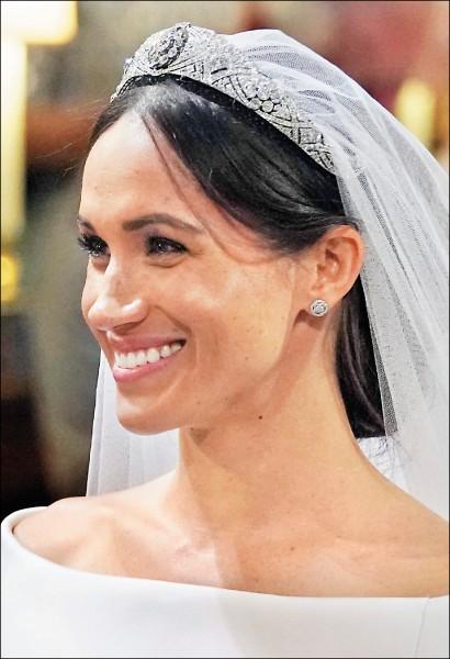 出身平凡的美國影星梅根‧馬克爾(Meghan Markle),十九日「飛上枝頭」與英國王室哈利王子結為連理。(美聯社)