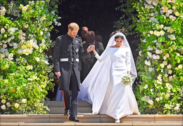 英國薩塞克斯公爵哈利王子(左)和薩塞克斯公爵夫人梅根(右),十九日攜手步出結婚禮堂。(法新社)